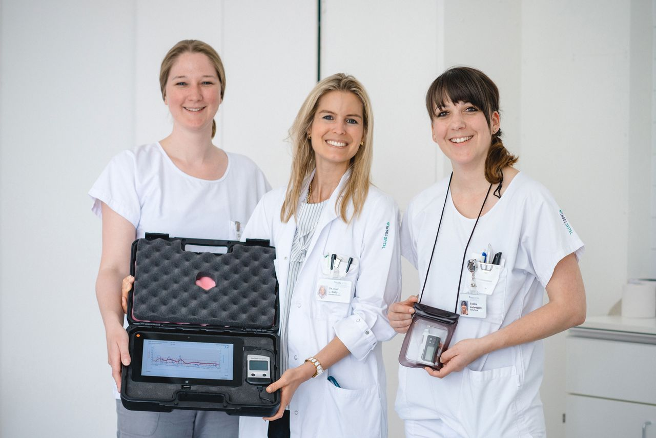 Studienleiterin Dr. Lia Bally (Mitte) präsentiert den «closed loop» mit den Study Nurses Eveline Andereggen (links) und Svenja Heger (rechts).