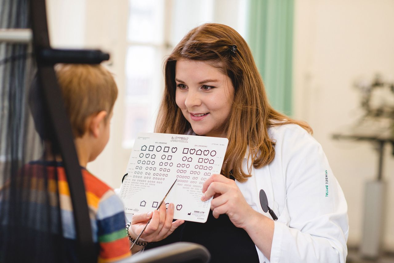 Martina Ramseyer beschäftigt sich mit der Prävention, Diagnostik, Therapie und Rehabilitation von Schielerkrankungen, Sehschwächen, Augenzittern und Augenbewegungsstörungen.