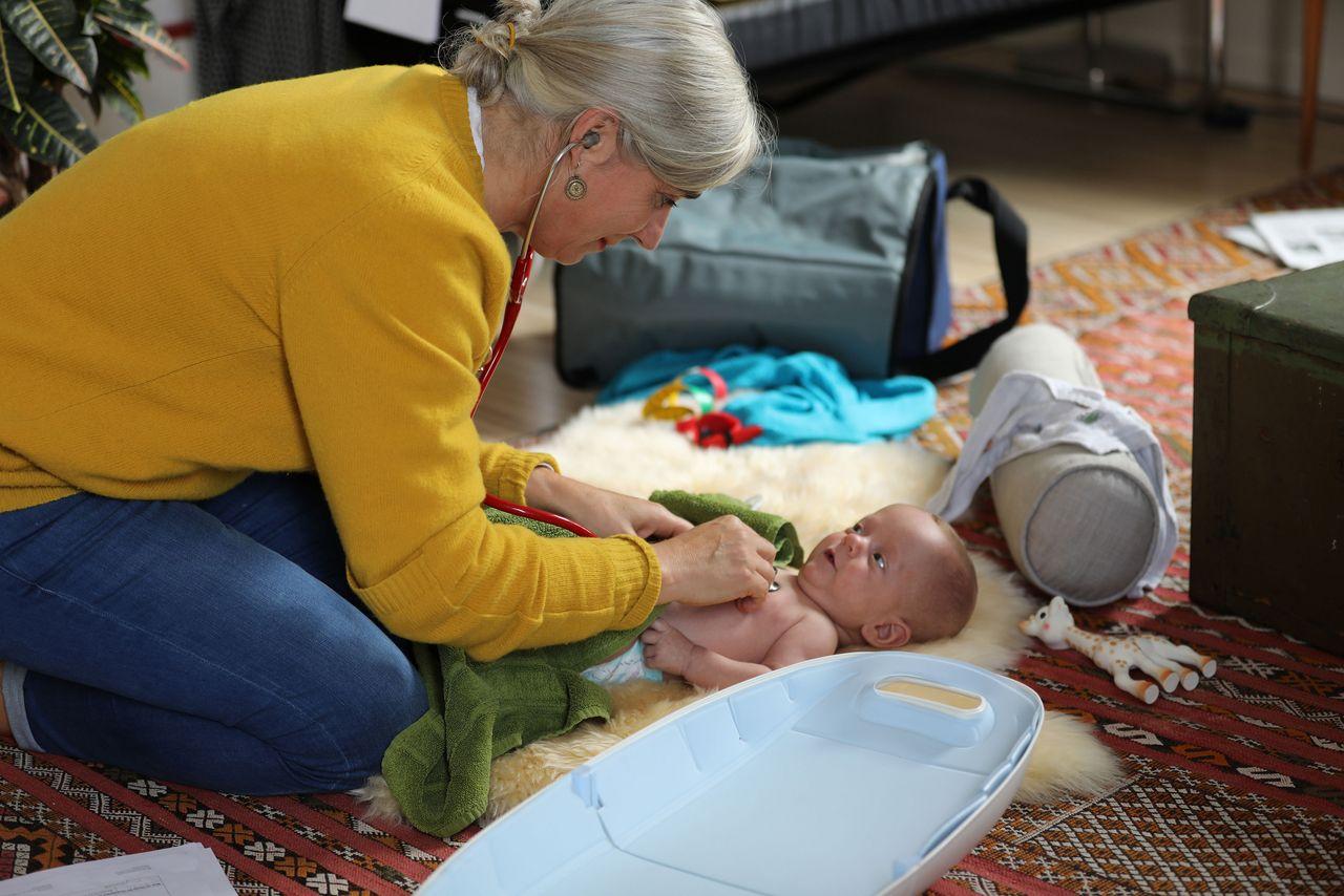 Die APN bei der Familie auf Hausbesuch – Bild: Daniel Haid, Berner Fachhochschule