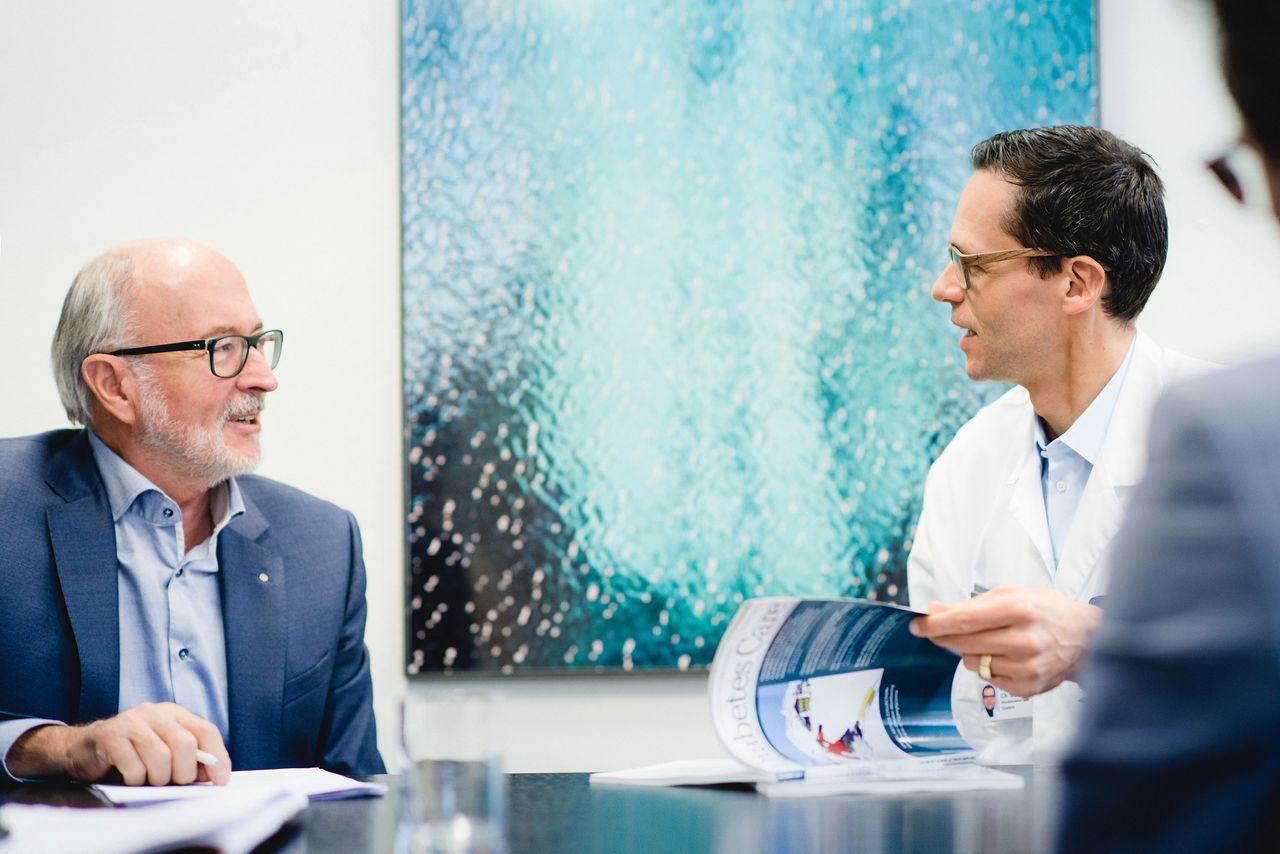 Dr. h. c. Willy Michel, Verwaltungsratspräsident der Ypsomed Holding AG, links, und Kliniker Prof. Dr. med. Christoph Stettler, Direktor und Chefarzt der Universitätsklinik für Diabetologie, Endokrinologie, Ernährungsmedizin & Metabolismus (UDEM).