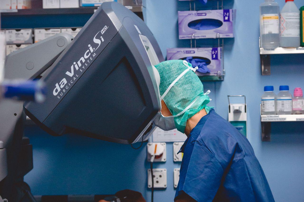 Routineeinsatz des Roboters Da Vinci in der Thoraxchirurgie: Der Operateur steuert die Roboterarme von der Konsole aus. Der Chirurg am Tisch wechselt die Instrumente und kontrolliert die Roboterarme. Auch für die Operationspflege ist viel technisches Knowhow notwendig.