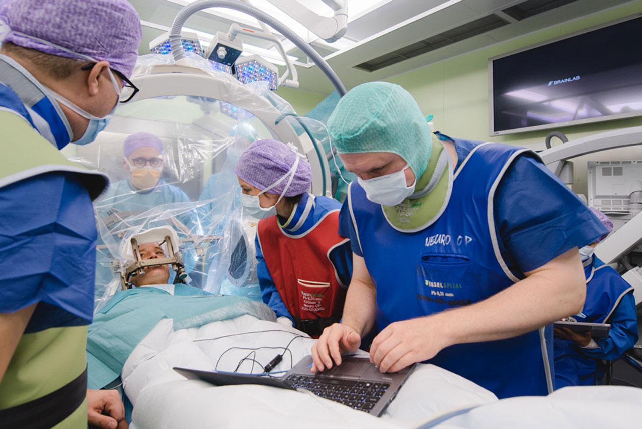 Die Patientin spürte die Impulse bereits während der Operation deutlich. Sie lächelte und fühlte sich leichter.